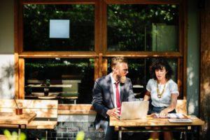 Bild mit zwei Personen im Cafe